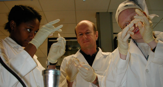 Russell Hill instructing students in DNA extraction at the 2005 SMaRT course.